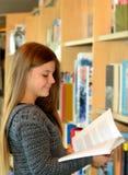 Jeune joli livre de lecture de fille Images stock