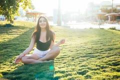 Jeune joli parc magnifique de femme au printemps se reposant sur l'herbe photo libre de droits