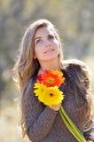 Jeune joli portrait de femme extérieur Images stock