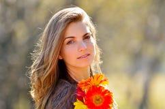 Jeune joli portrait de femme extérieur Image libre de droits
