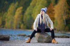 Jeune joli portrait de femme extérieur dans la chute photo libre de droits