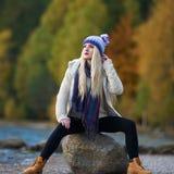 Jeune joli portrait de femme extérieur dans la chute photo stock