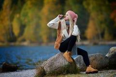 Jeune joli portrait de femme extérieur dans la chute Image libre de droits