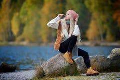 Jeune joli portrait de femme extérieur dans la chute Photographie stock libre de droits