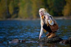 Jeune joli portrait de femme extérieur dans la chute Images stock