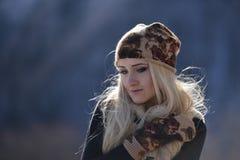 Jeune joli portrait de femme extérieur en hiver Photo libre de droits