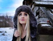 Jeune joli portrait de femme extérieur en hiver Image libre de droits