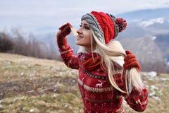 Jeune joli portrait de femme extérieur en hiver Images libres de droits