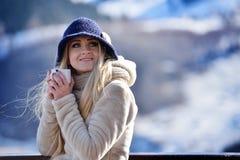 Jeune joli portrait de femme extérieur en hiver Photo stock