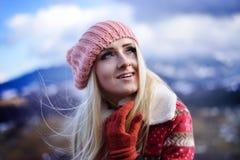 Jeune joli portrait de femme extérieur en hiver Images stock