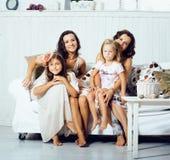 Jeune joli sourire heureux moderne de famille à la maison, concept de personnes de mode de vie, mère avec la petite fille mignonn photos libres de droits
