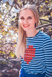 Jeune joli support de fille dans le beau jardin Magnétique fantastique de blanc Images stock