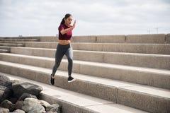 Jeune jolie brune faisant la forme physique sur des escaliers Photos libres de droits