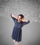 Jeune jolie dame avec des calculs et des icônes tirés par la main Photographie stock libre de droits