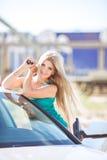 Jeune jolie dame avec une voiture de luxe moderne Photos stock