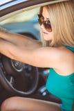 Jeune jolie dame avec une voiture de luxe moderne Photo stock