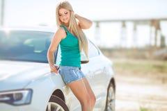 Jeune jolie dame avec une voiture de luxe moderne Images stock