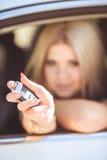 Jeune jolie dame avec une voiture de luxe moderne Photo libre de droits