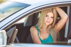 Jeune jolie dame avec une voiture de luxe moderne Photos libres de droits