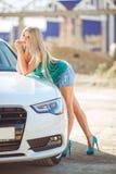Jeune jolie dame avec une voiture de luxe moderne Images libres de droits