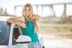 Jeune jolie dame avec une voiture de luxe moderne Photographie stock libre de droits