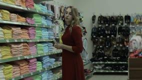 Jeune jolie femme, achats, mail banque de vidéos