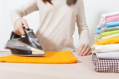 Jeune jolie femme au foyer Femme d'isolement sur le fond blanc Concept de ménage Copiez l'espace pour la publicité image stock