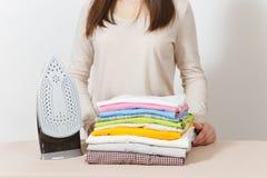 Jeune jolie femme au foyer Femme sur le fond blanc Concept de ménage Copiez l'espace pour la publicité image libre de droits