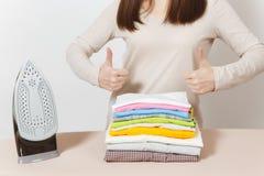 Jeune jolie femme au foyer Femme sur le fond blanc Concept de ménage Copiez l'espace pour la publicité photo stock