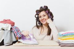 Jeune jolie femme au foyer Femme sur le fond blanc Concept de ménage Copiez l'espace pour la publicité photo libre de droits