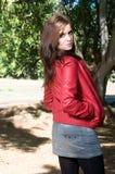 Jeune jolie femme au parc d'automne. photographie stock