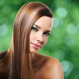 Jeune jolie femme avec de longs poils droits Image stock