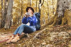 Jeune jolie femme avec des cannes dans une forêt images stock