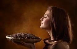 Jeune jolie femme avec des grains de café Photos stock