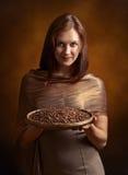 Jeune jolie femme avec des grains de café Images libres de droits