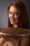 Jeune jolie femme avec des grains de café Photo stock