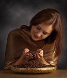 Jeune jolie femme avec des grains de café Photographie stock libre de droits