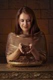 Jeune jolie femme avec des grains de café Photos libres de droits