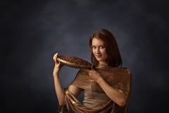 Jeune jolie femme avec des grains de café Images stock