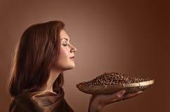 Jeune jolie femme avec des grains de café Photographie stock