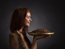 Jeune jolie femme avec des grains de café Photo libre de droits