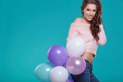 Jeune jolie femme avec les ballons colorés Photo stock
