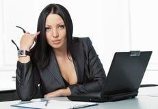 Jeune jolie femme d'affaires avec le carnet dans le bureau Photo stock