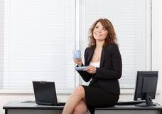 Jeune jolie femme d'affaires dans le bureau Photo libre de droits