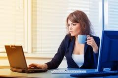 Jeune jolie femme d'affaires dans le bureau Photo stock
