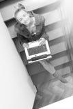 Jeune jolie femme d'affaires travaillant sur l'ordinateur portable à Image stock