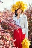 Jeune jolie femme dans l'autum Image stock