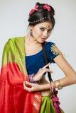 Jeune jolie femme dans la robe indienne Photos stock