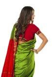 Jeune jolie femme dans la robe verte indienne Image libre de droits