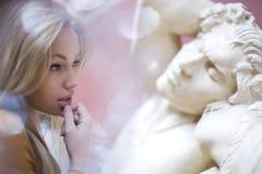 Jeune jolie femme dans le musée ayant l'inspiration, concept de personnes de mode de vie Photo libre de droits